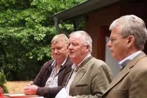 Jürgen Schmal als Vertreter der Jagdbehörde, Kreisjägermeister Horst Meister und Vorsitzender Bernd Karsten überreichten die Jägerbriefe.